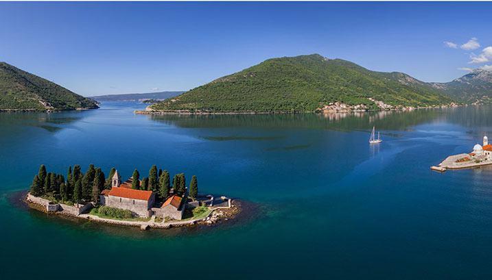 Magnifique vu du Montenegro, ile, foret et lac