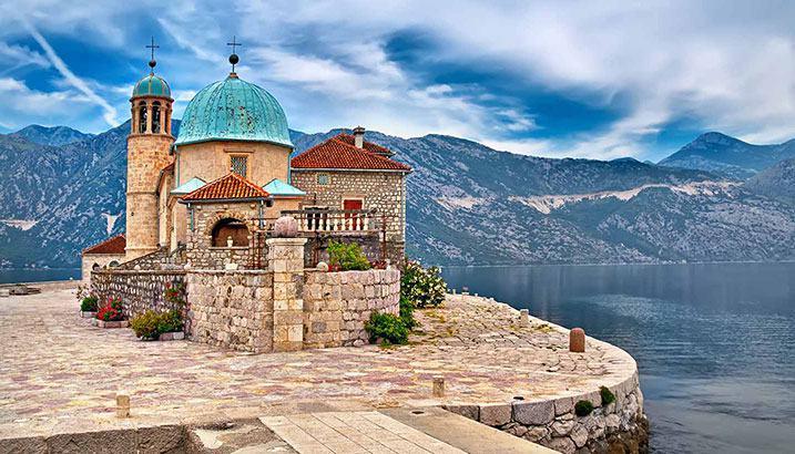 batiment en pierre sur ile vue sur le lac Montenegro